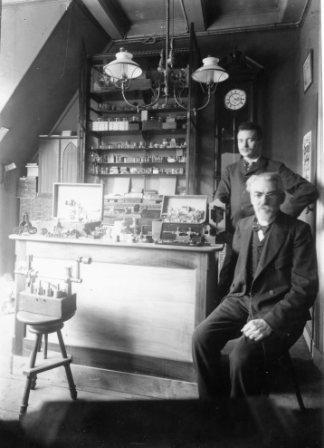 Barend Faddegon en zoon Gerard in de werkplaats