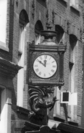 klok aan gevel Vijzelstraat 20