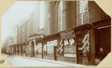 de 'kastjes' aan de Nieuwezijds Kapel in de Kalverstraat (foto 1908)